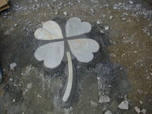 石で作ったクローバー
