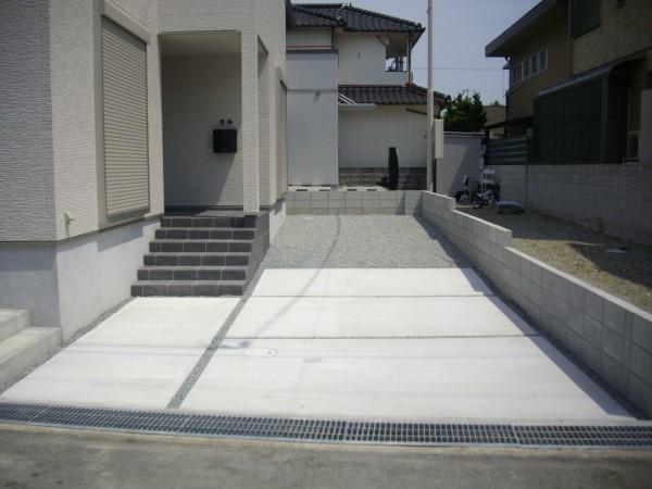 白いコンクリート打ち駐車場