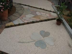クローバーの石貼りアプローチ