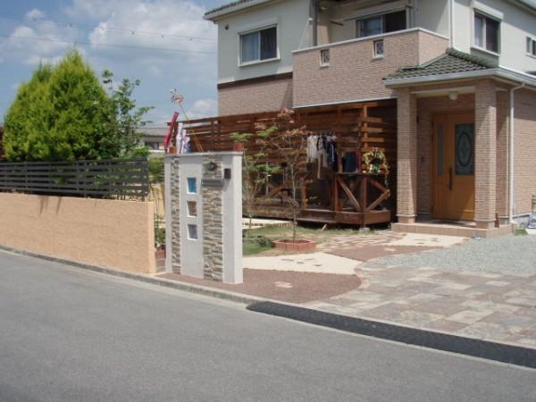 ガラスブロックをワンポイントにモダンスタイルな門塀