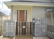 ガラスブロックとブロックの門柱